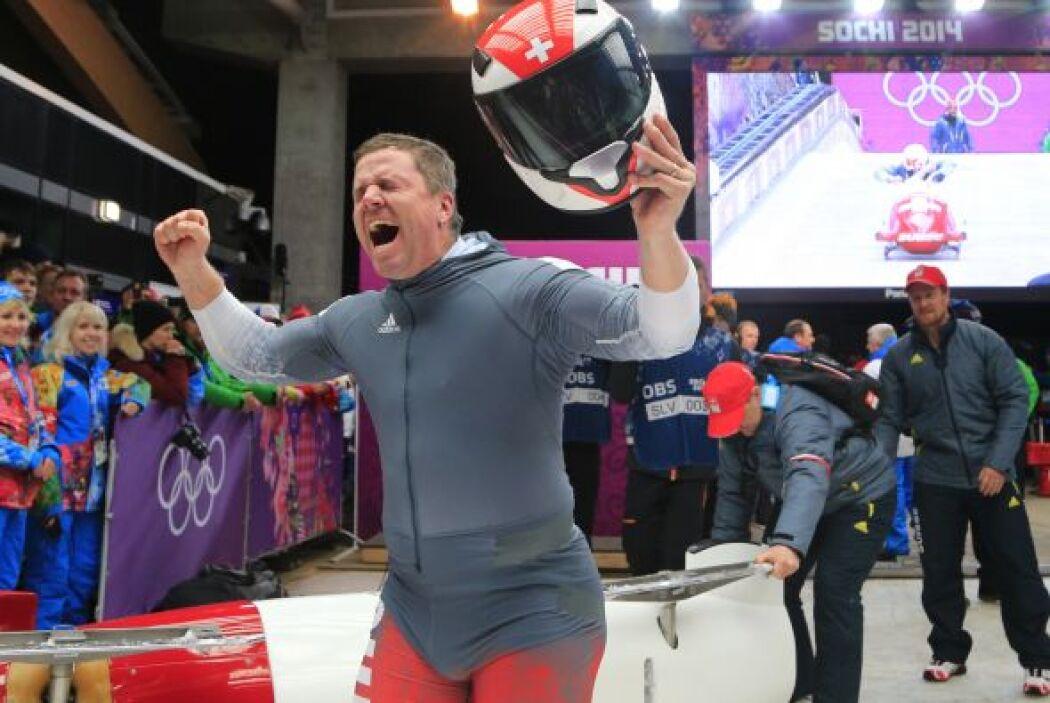Batir Hefti, del equipo sueco, celebra la medalla de plata en la prueba...
