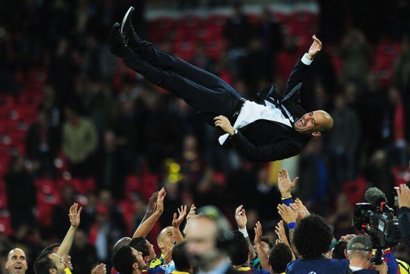 Guardiola fue lanzado por los aires en medio de los festejos.