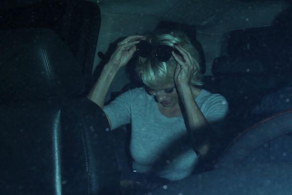 La ex conejita de Playboy fue vista cenando bastante cómoda con su 'amig...