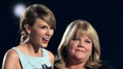 Andrea Finlay, madre de Taylor Swift, le entregó un premio especial en l...