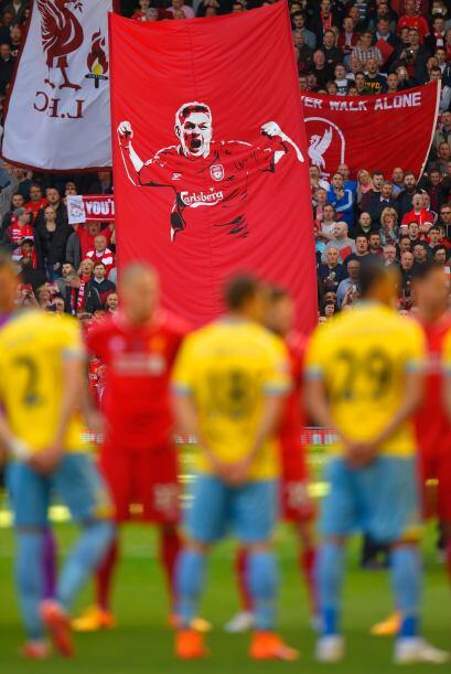 El público en Anfield Road ovacionó durante varios minutos a su capitán,...