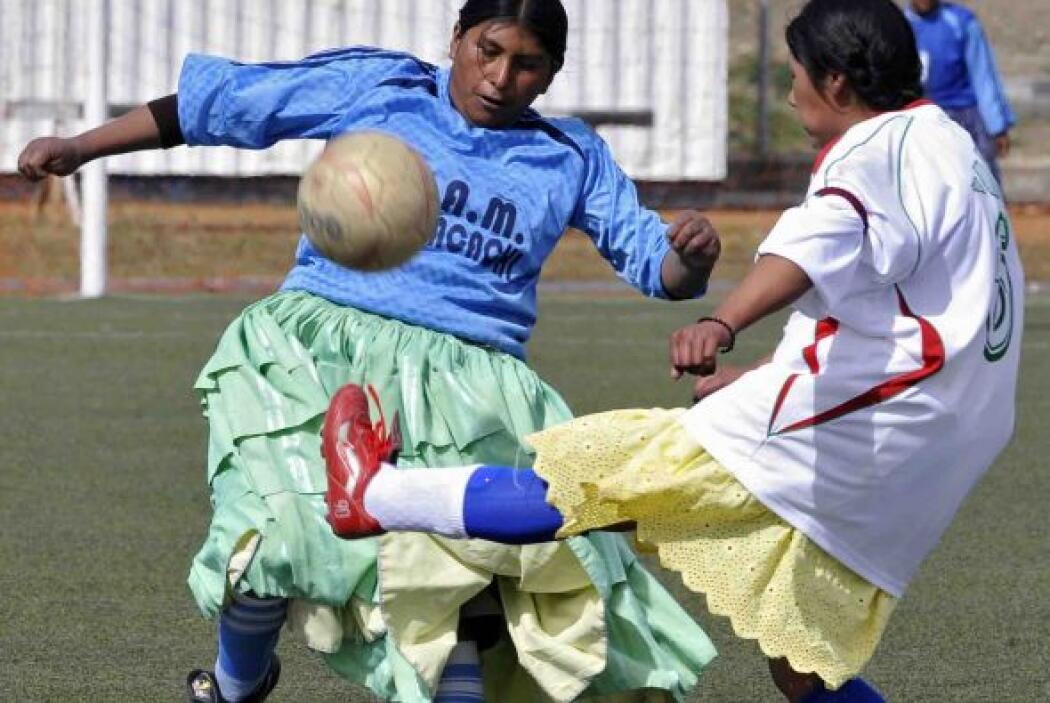 En el centro de batalla, Gaby y Rogelia se disputan el balón.