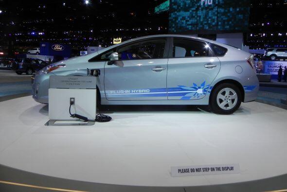 Toyota también presentó el Prius Híbrido con conexión para recarga eléct...