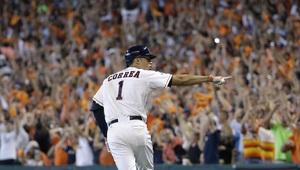 El puertorriqueño Carlos Correa, de los Astros de Houston, señala hacia...