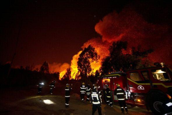 El fuego volvió a tomar fuerza en horas de la noche, debido a la intensi...