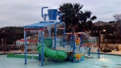Hielo cubrió un parque infantil de la vecindad Cibolo, ubicada en la zon...