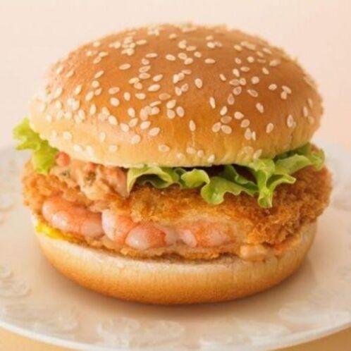 Japón - The Ebi Filet-O es una hamburguesa de camarón con salsa Ebi. Fot...