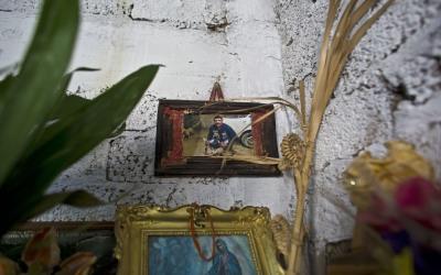 Foto de Carlos Sánchez cuelga en un altar improvisado en casa de su esposa.