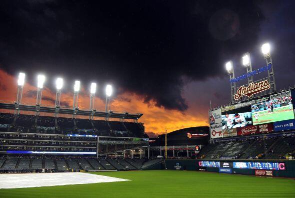 Bella toma del atardecer detrás del Progressive Field en Cleveland.