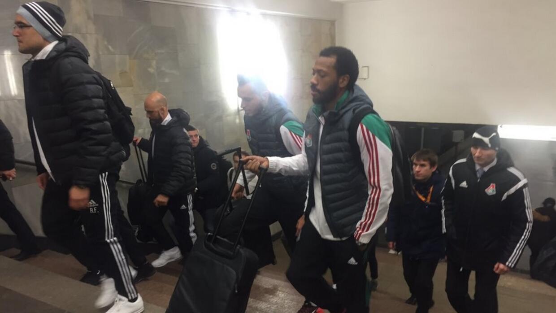 Los futbolistas viajaron en metro para llegar a tiempo