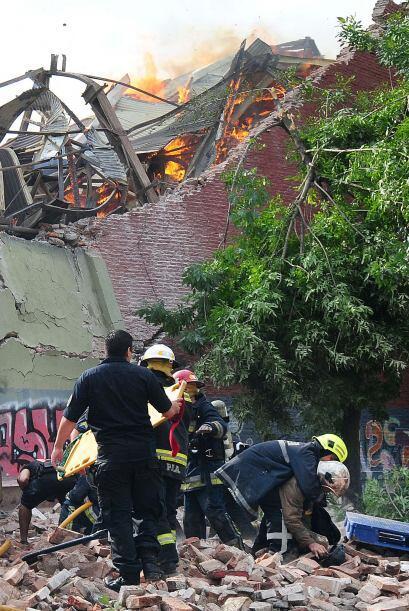 La estructura colapsó a consecuencia del fuego ocasionando cuatro derrum...