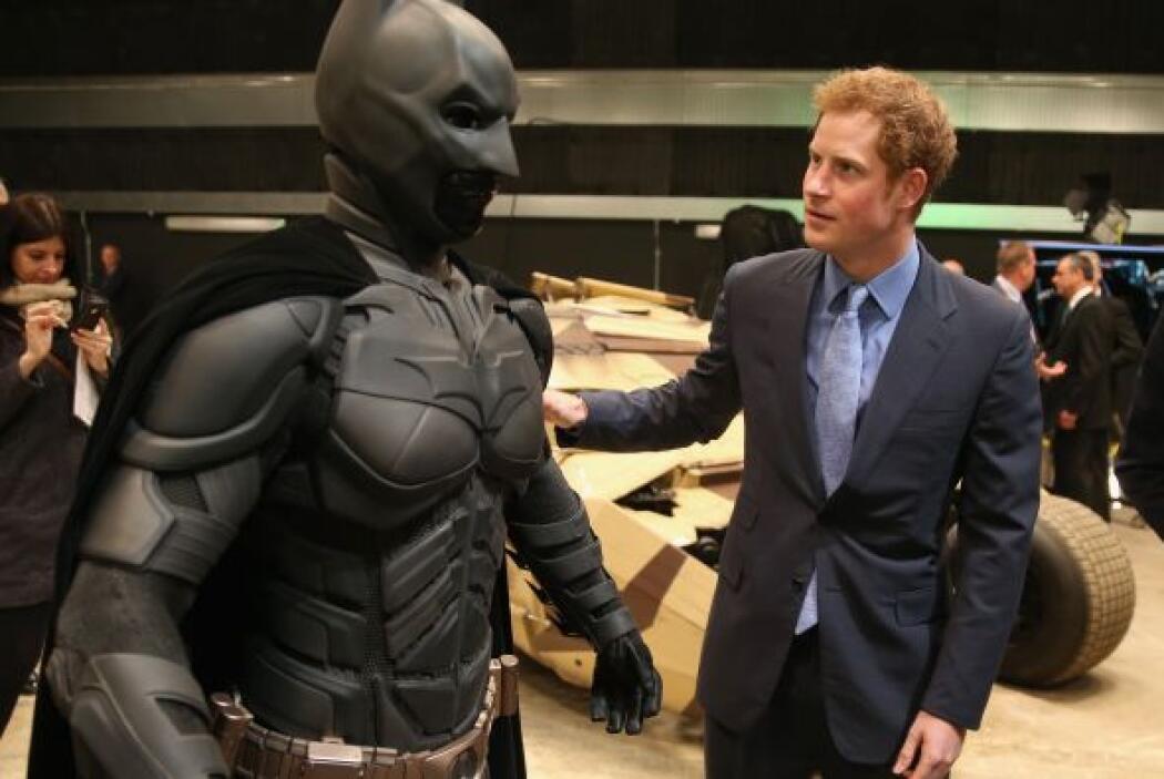 Harry estaba muy atento al traje del hombre murciélago.