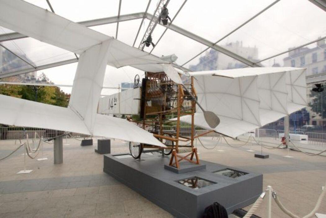 EL DIRIGIBLE.  El inventor brasileño, Alberto Santos-Dumont, considerado...