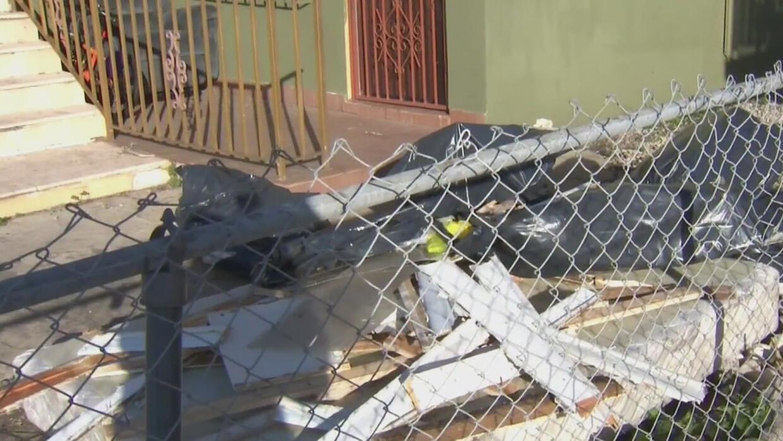 Residentes de Hialeah amanecieron recogiendo escombros y reparando casas