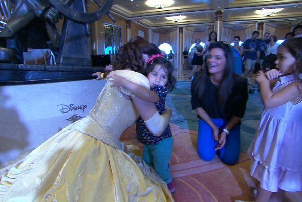 Isabella, la nieta de Bárbara también le dió un fuerte abrazo a Belle.