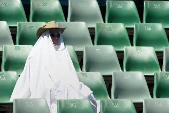 A las horas de más calor solo los valientes se atreven a ver un partido...