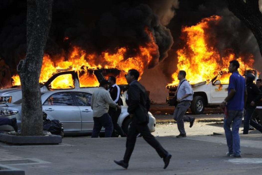 Varios automóviles fueron incendiados en las calles de Caracas.