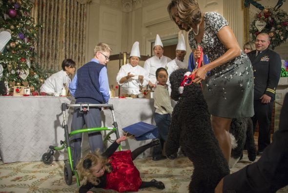 ¡Y la pobrecita fue a dar al suelo! Además, mira al señor a la derecha q...
