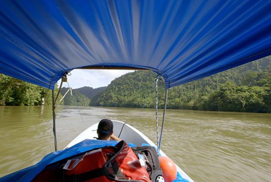 Cruzando el corazón de la jungla guatemalteca a través del Río Dulce, el...