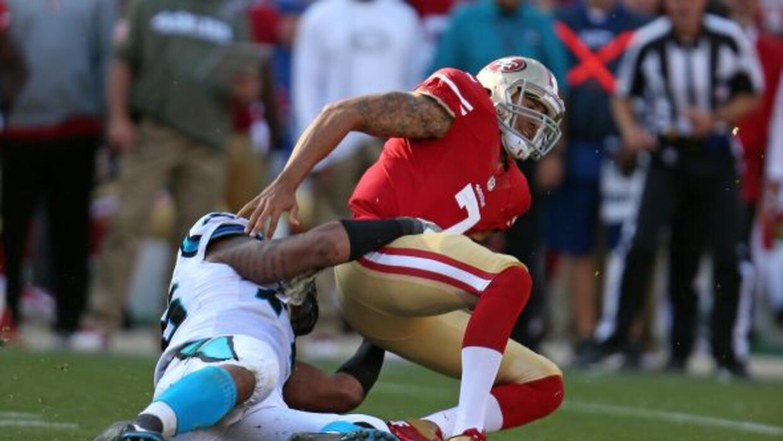 Colin Kaepernick tuvo su peor juego de la temporada ante Panthers (AP-NFL).