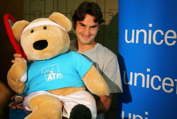 Con el fin de ayudar, Federer ha subastado varias raquetas con su autógr...