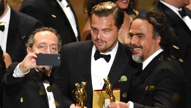 Lubezki saca un selfie con DiCaprio e Iñárritu tras el éxito en los Óscar