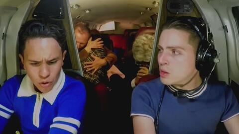 Desesperación de pasajeros luchando por sobrevivir a bordo de un avión s...