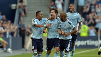 Benny Feilhaber celebra eufóricamente el gol que abrió el...