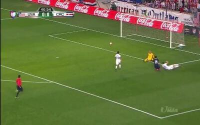 Ventura Alvarado despeja el balón y aleja el peligro