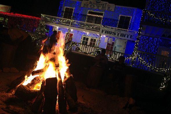 Hay varias fogatas, pues el frio se hace sentir en Santa's Wonderland.