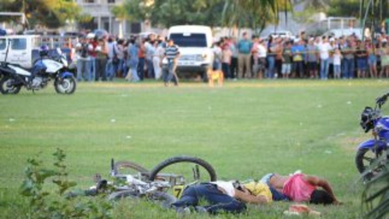 Sujetos armados con fusiles AK-47 asesinaron a 14 personas en una cancha...