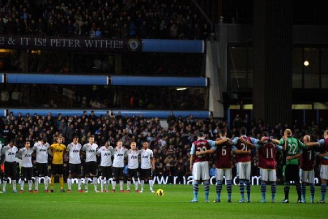 Antes del partido se guardó un minuto de silencio por los caídos en las...