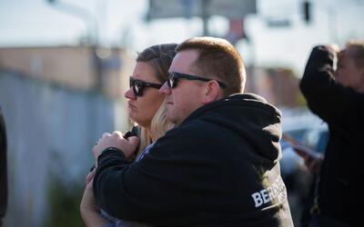 Una pareja se abraza delante del local donde se produjo el incendio dond...