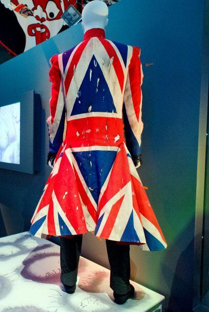 Este abrigo con la bandera de la Gran Bretaña fue diseñado por Alexander...