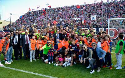 Jugadores, directivo y afición del Crotone celebra su ascenso.