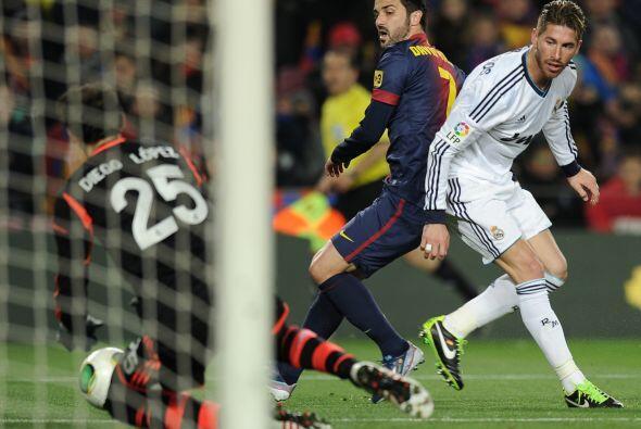 David Villa entró cuando ya el Barcelona perdía 2-0. En esta exigió a Di...