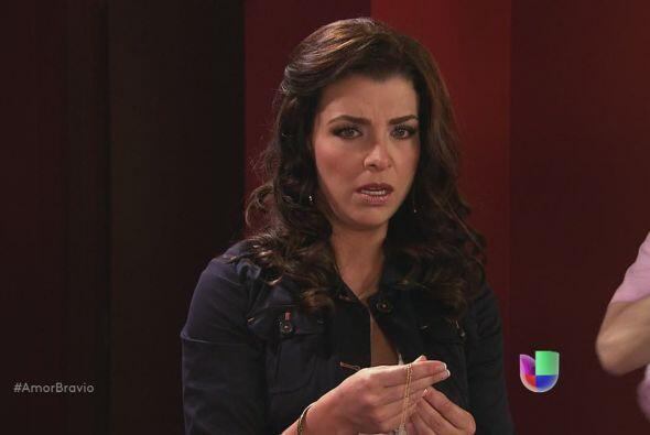 Miriam descubre una medalla entre las cosas de Daniel. Camila, el dije r...