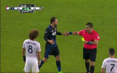 Tarjeta amarilla. El árbitro amonesta a Jack McInerney de LA Galaxy