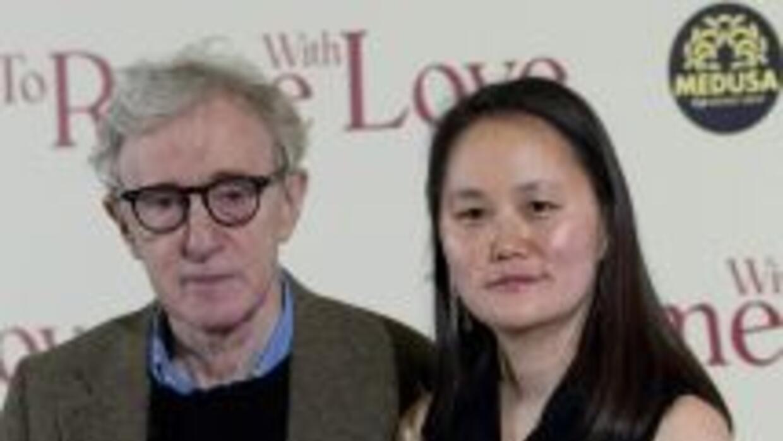El director estadounidense Woody Allen (i) y su esposa Soon Yi asisten a...