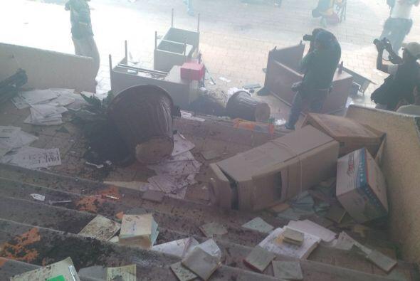 Estos son algunos de los objetos que destruyeron los manifestantes. Foto...