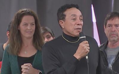 Smokey Robinson cantó y obsequió instrumentos en la escuela Pio Pico de...