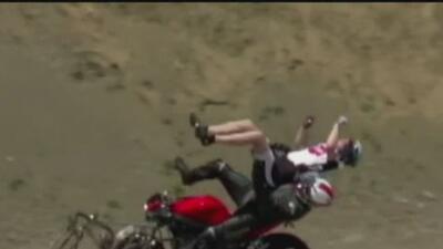Moto hizo volar a dos ciclistas