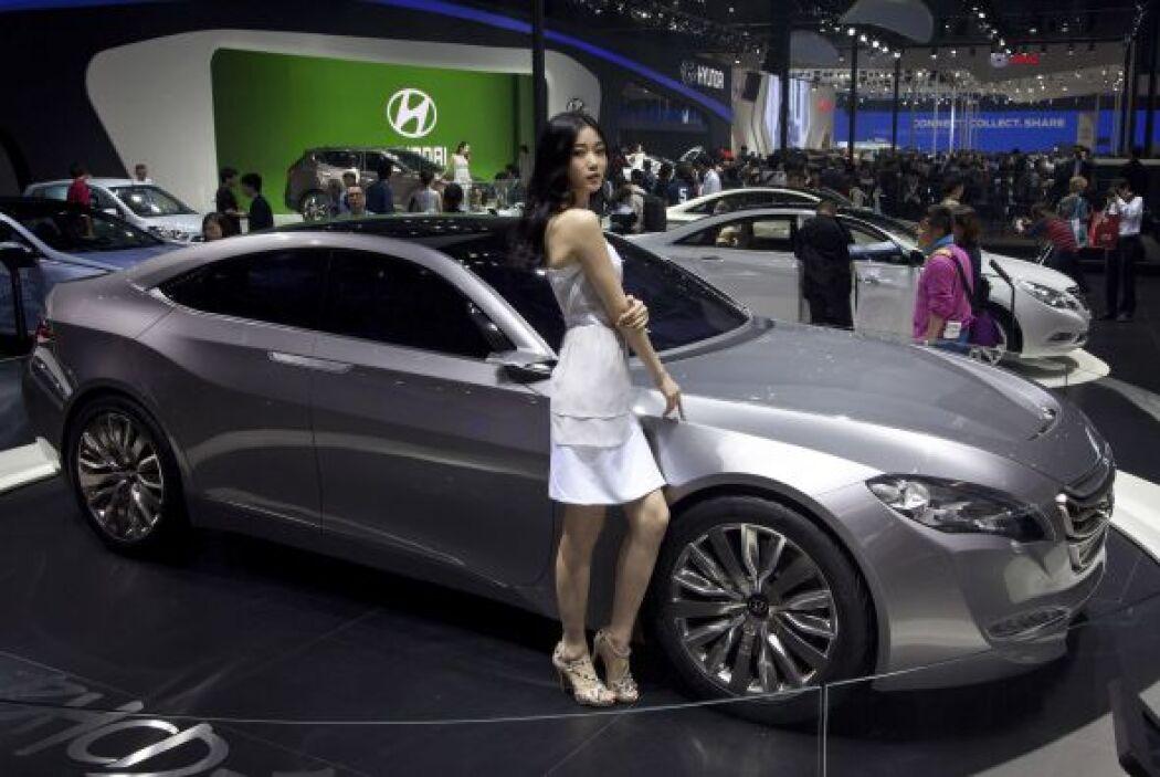 Una guapa chica se robó las miradas en el stand de Hyundai, que llevó al...