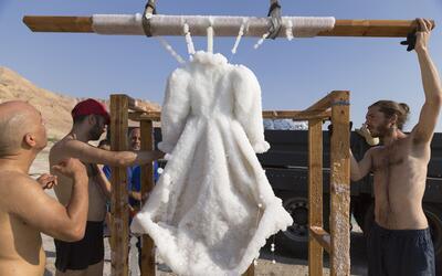 Estudio Landau sacando  la obra 'Small Salt Bride' de las aguas del Mar...