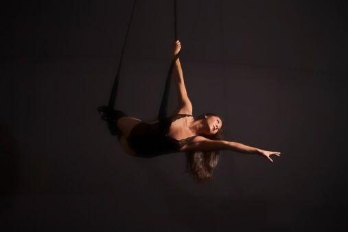Realizar coreografías alejada del suelo, y con ayuda de la tela a...