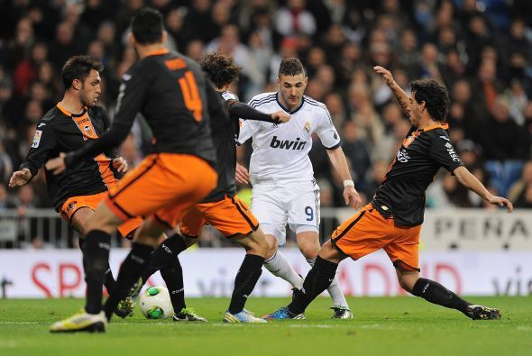 Benzema hizo el primer gol del partido para darle oxígeno al Madrid.