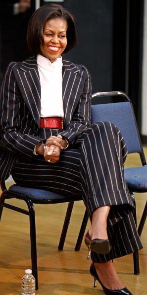 Este traje a rayas que combinó con un cintillo ancho en color roj...