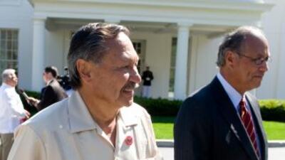 Arturo Rodríguez (izq.) afirma que aprobar el proyecto Dream Act mejorar...