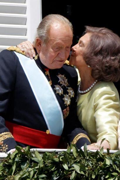 Lo tomó del cuello para darle un beso en la mejilla.