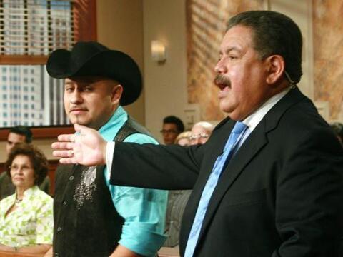 El abogado Jaime Macias llega para defender al demandado.